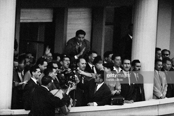 Массю на балконе здания ГГ Алжира май 1958 Д Даролль.jpg