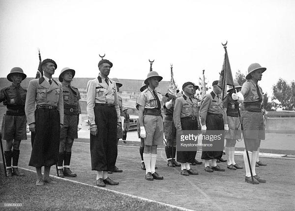 Севенроафриканцы во вр Получ зн от Петена генералом де ла Порт дю тей  в Виши 1941 2.jpg