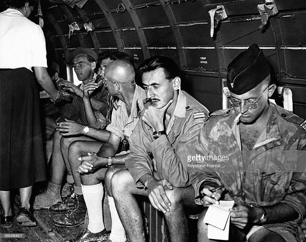 Гровен 1 июня 1954 в самолете в Ханой Пон Делорм.jpg