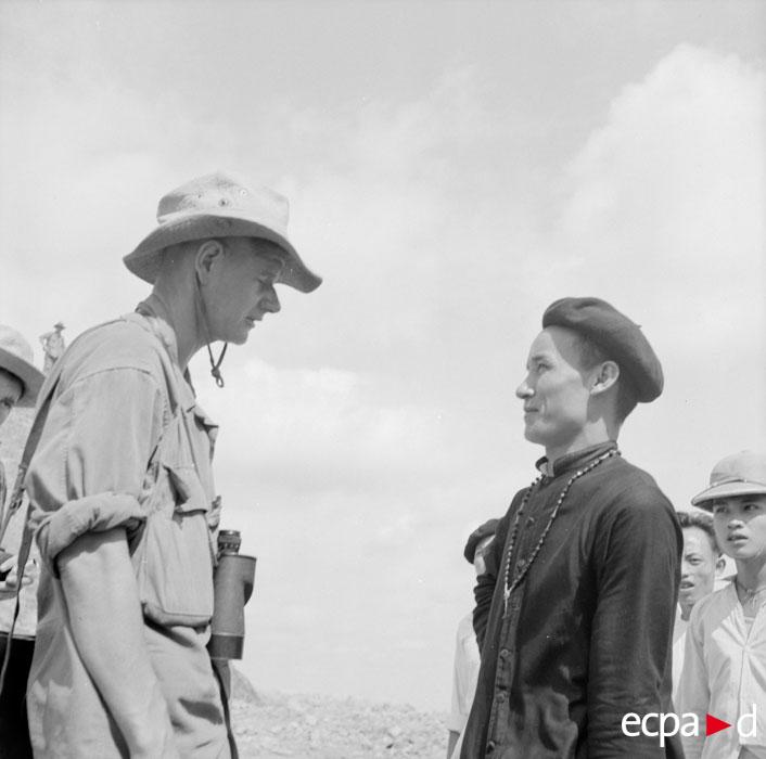 Сен Марк беседует со священником Венсаном в Као Кса 1952 Жан Перо.jpg