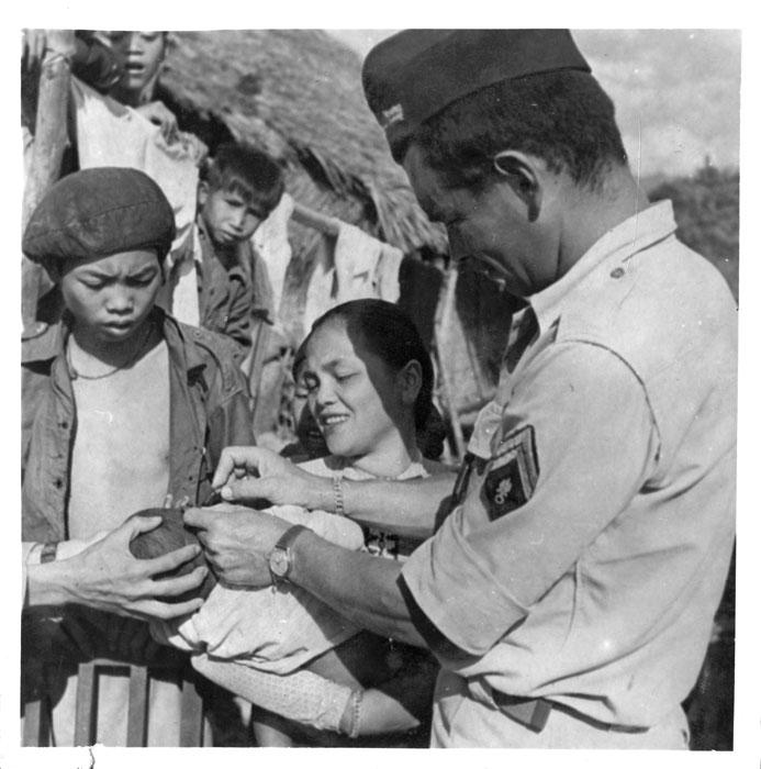 Серж легионер лечит ребенка с коньюктивитом фев 1954 камю.jpg