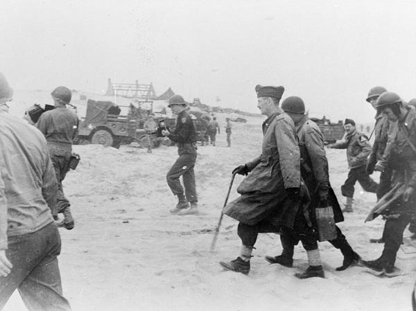 Леклерк во главе 2 ДБ высаживается в Нормандии авг 1944.jpg
