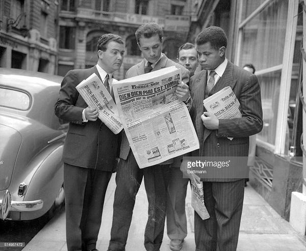 2 Франйцузы читают газеты 1954.jpg