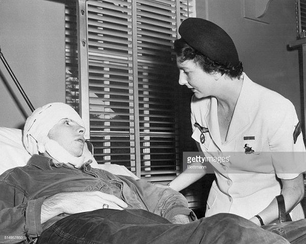 4 де галар ипосещает пациента в больнице в вашингтоне июль 1954.jpg