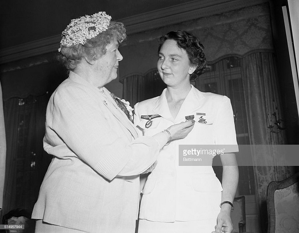 4 де галар получает медаль за героизм в фр пос в вашингтоне 28 июля 1954.jpg