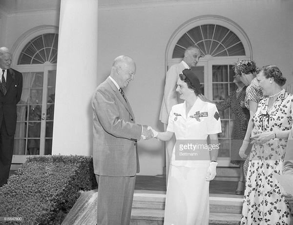4 эйзенхауэр пожимает руку 29 июля 1954.jpg