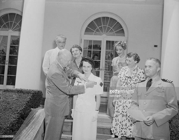4 Эйзенхауэр прикал медаль свободы 29 июля 1954 2.jpg