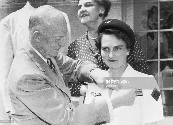 4 Эйзенхауэр прикал медаль свободы 29 июля 1954.jpg