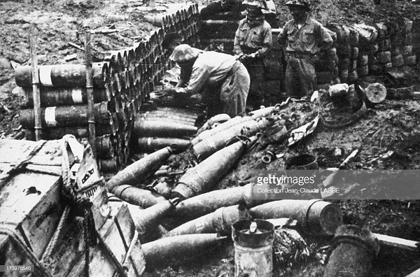 вьетнамцы осматривают боеприпася май 1954.jpg
