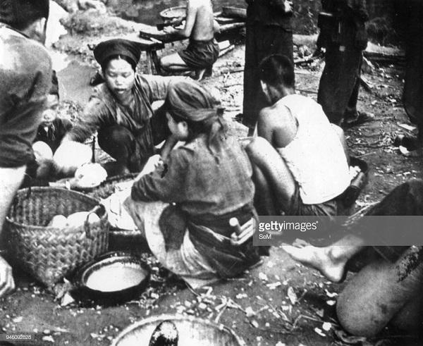 1 женщины готовят пищу для солдат не к.jpg