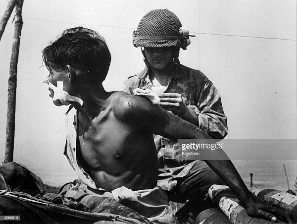 3 фр врач лечит в солдата  6 мая 1954.jpg