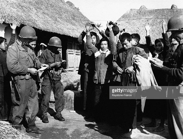 Пленение вьет солд в гражд в дер Bui Chu в дек 1952.jpg