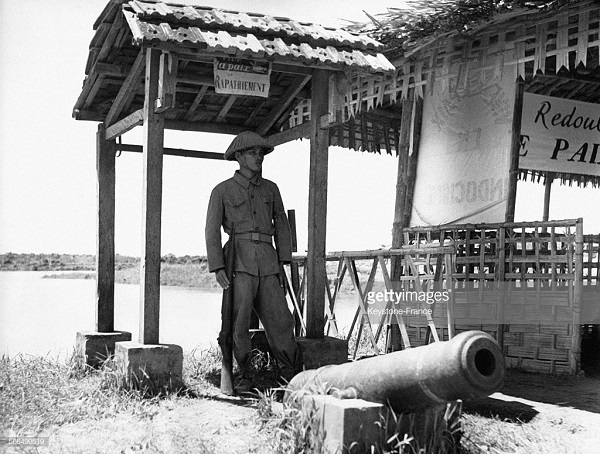 Солдат в карауле у ст пушки в Вьетри авг 1954.jpg