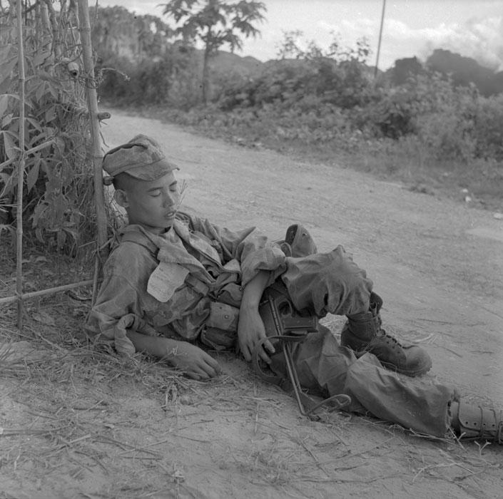 Парашютист вьетнамец получил солн удар За ним ухаживал лейт де Карфор гл медик батальона об этом говорит бум на воротнике.jpg