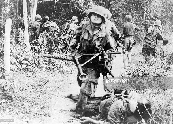 Вьет пара захв пулеметную позицию Вьетминя янв 1954.jpg