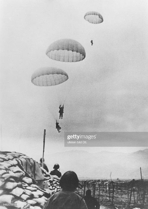 Пара высаживаются прямо в центре битвы март 1953.jpg