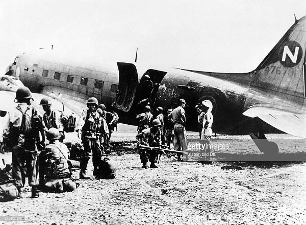 Пара выходят из самолета в Луангпхабнге 1953.jpg