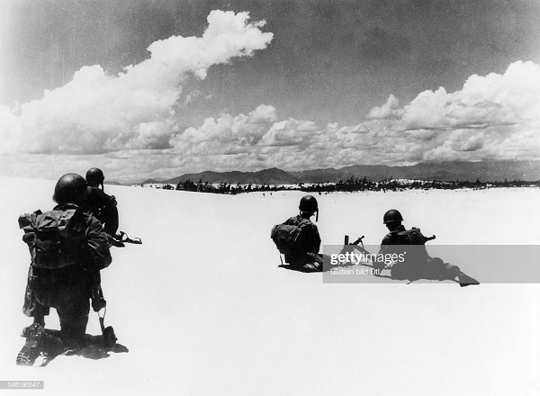 Пара на побережье в дюнах авг 1953.jpg