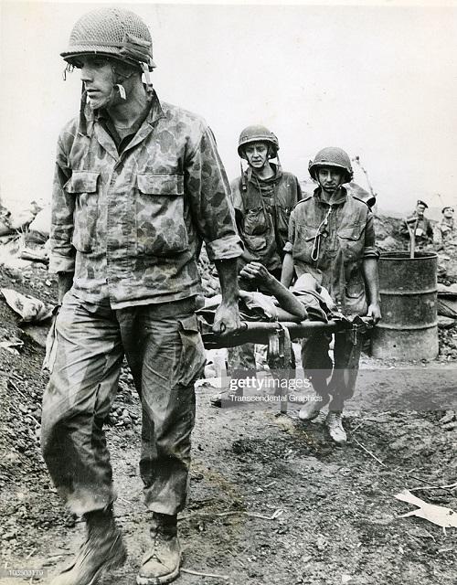 Пара несут раненого на носилках янв 1954.jpg