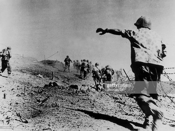 пара штурмуют возвышенность в Насаме днк 1952.jpg