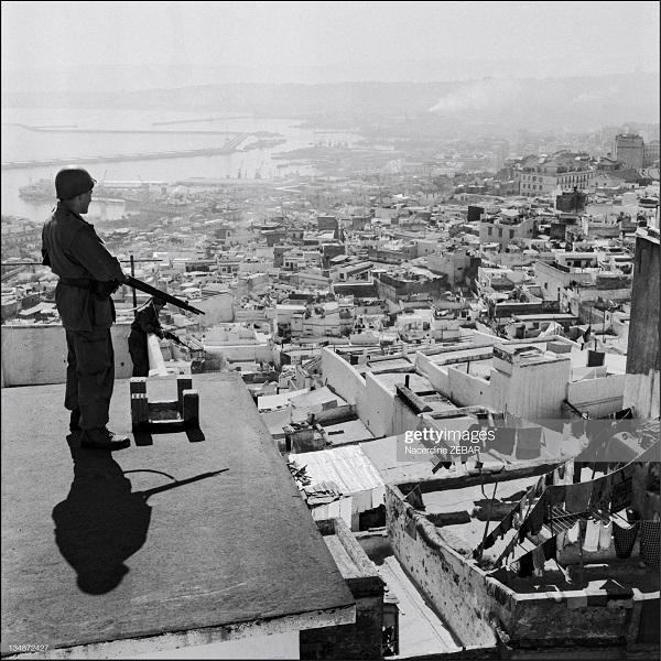 Парашютисты в касбе июнь 1957 Насредин Зебар.jpg