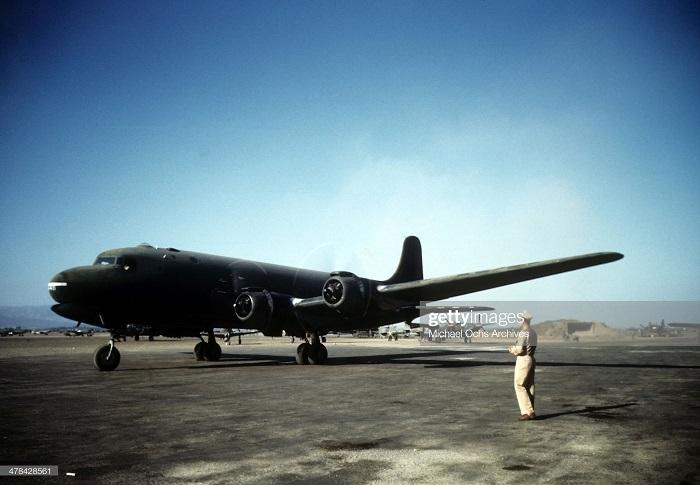 Самолет на ам базе сент 1943 Иван Дмитрий Мишель Ош.jpg
