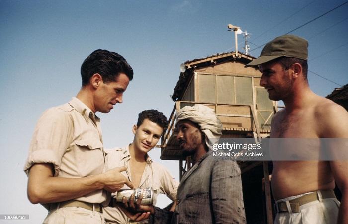 военные беседуют с сместными сент 1943 Иван Дмитрий Мишель ош.jpg