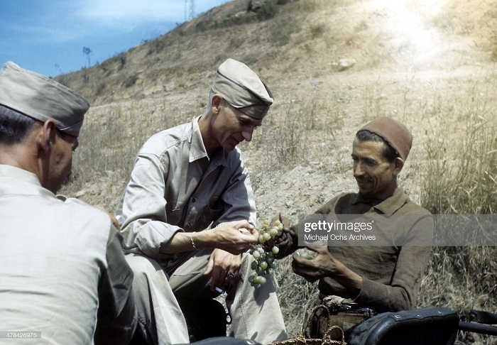 Местный угощает солдат-соплеменников на военной базе США Алжир сент 1943 Иван Дмитрий Мищель Ош.jpg