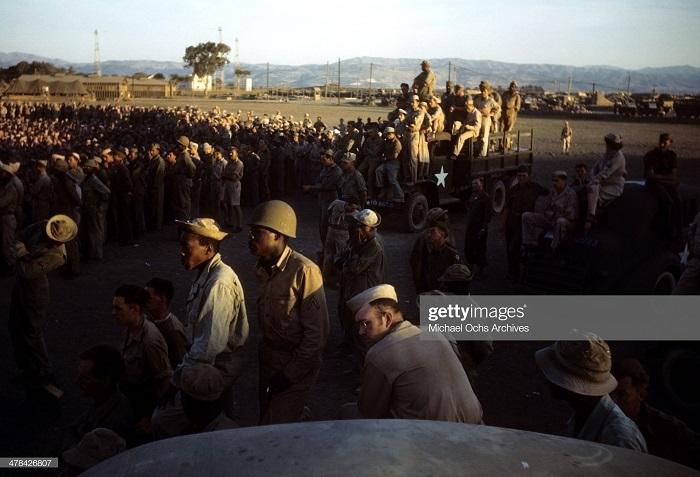 Солдаты смотрят выступление Боба Хоупа на ам воен базе сент 1943 Иван Дмитрий Мишель Ош.jpg