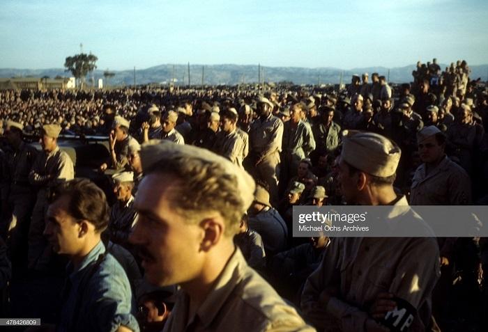 Солдаты смотрят выступление Боба Хоупа на ам воен базе сент 1943 Иван Дмитрий Мишель Ош2.jpg