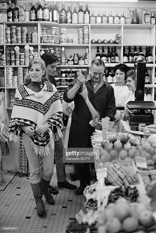 1965 с женой Натали шоппинг Франция 1965.jpg
