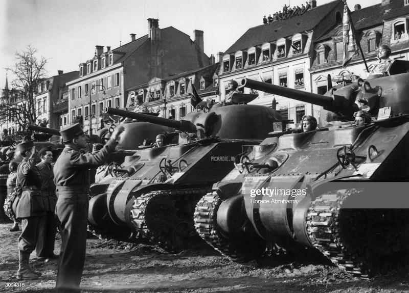 де латтр в кольмаре 8 фев 1945.jpg