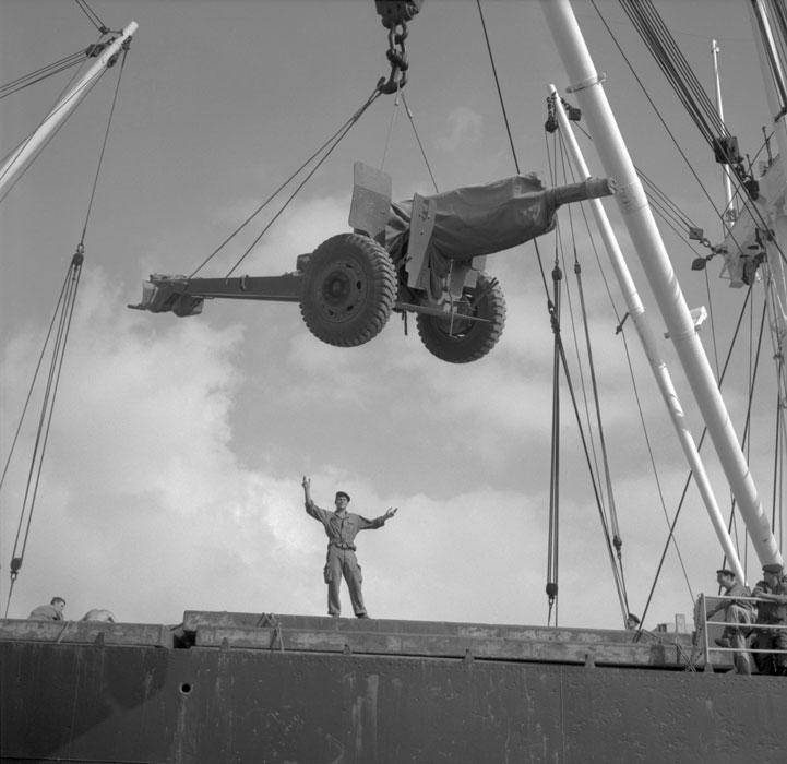 Погрузка 105 мл пушки на Эль Мансур напр Истр Июль 1963.jpg