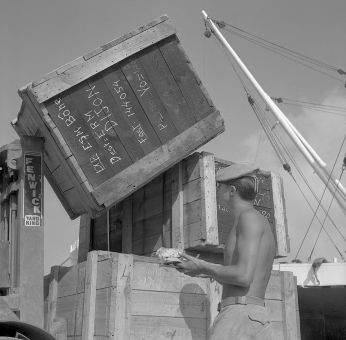 солдат проверяет маркировку ящиков июль 1963 Паньо.jpg