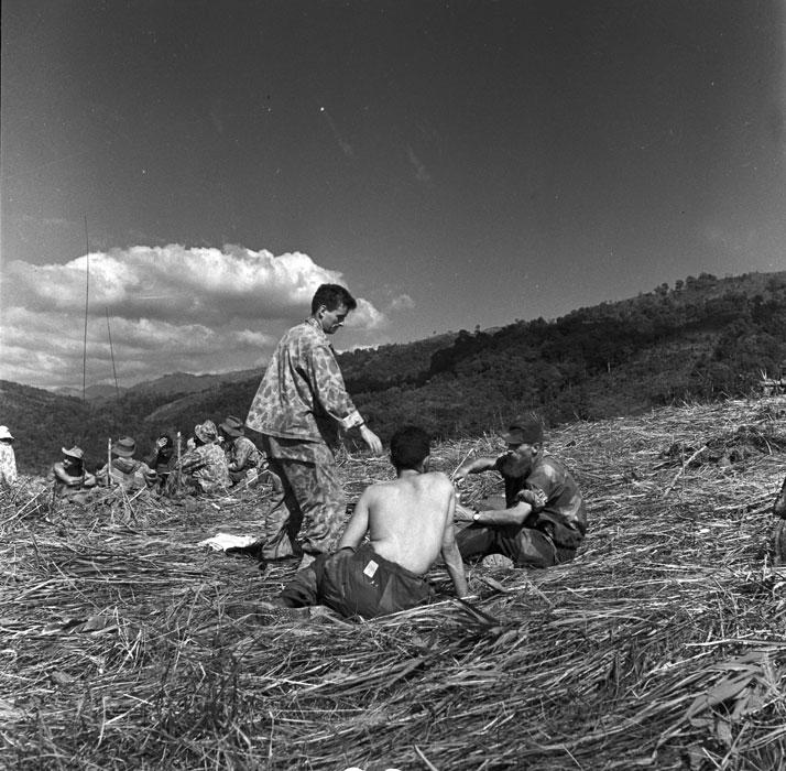 Операция Полукс отец Шевалье передает свою флягу  на привале дек 1953 Перо.jpg