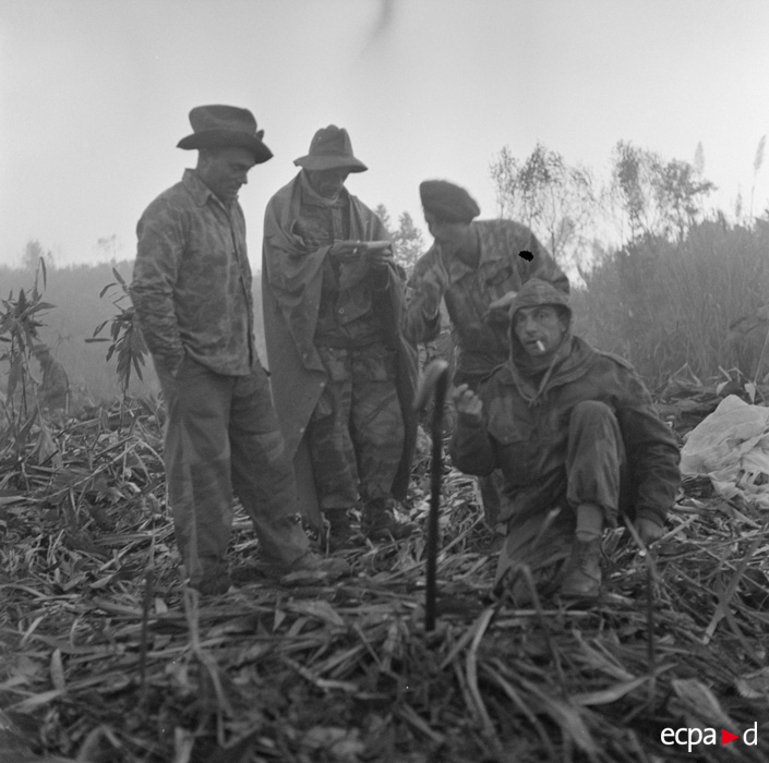 Солдаты у огня утром операция Полукс 11 15 дек 1953 Жан Перо.jpg