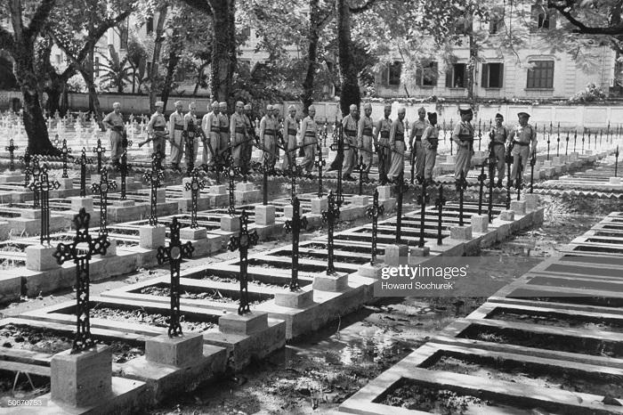 фр войска отдают посл почести павшим.jpg
