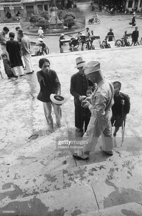 фр солдат подает милостыню окт1954.jpg