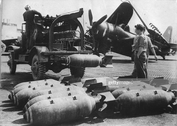 Бомбы готовы к погрузке в сам к вылету в ДБФ 10 апр 1954.jpg