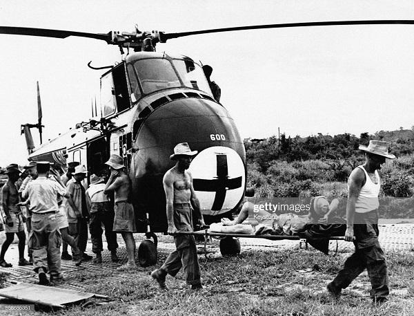 солдаты эв из ДБФ  вертолетом 1954 2.jpg