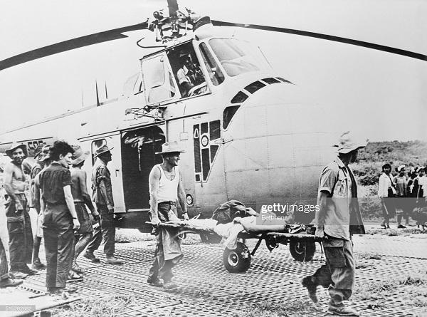 солдаты эв из ДБФ  вертолетом 1954 3.jpg