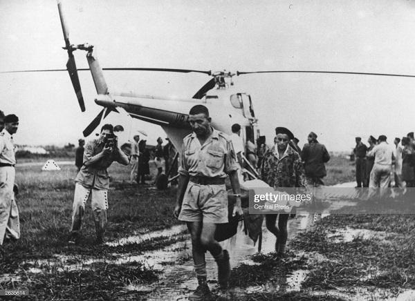 солдаты эв из ДБФ  вертолетом 1954 5.jpg