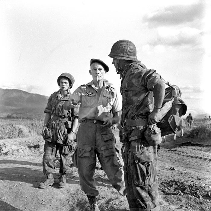 Подполковник Ланглэ с 2-мя солдатами в ДБФ март 1954 Даниэль Камю или  Жан  Перо.jpg
