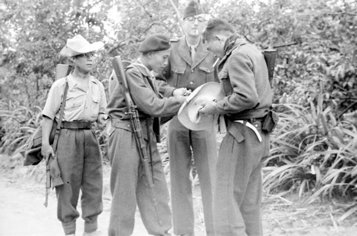 вьетнамцы и фр курят 1950.jpg