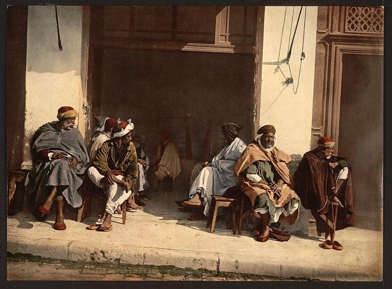 Алжир арабы у кафе.jpg