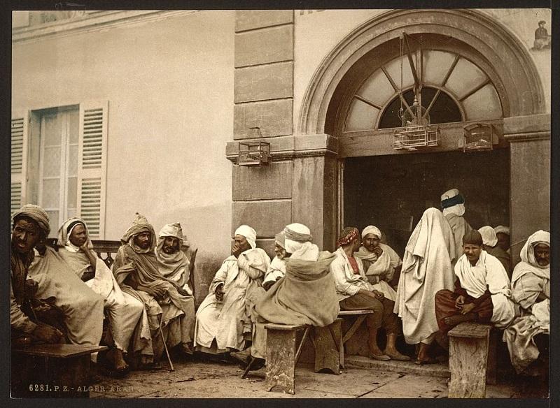 Алжир Арабы у кафе2.jpg