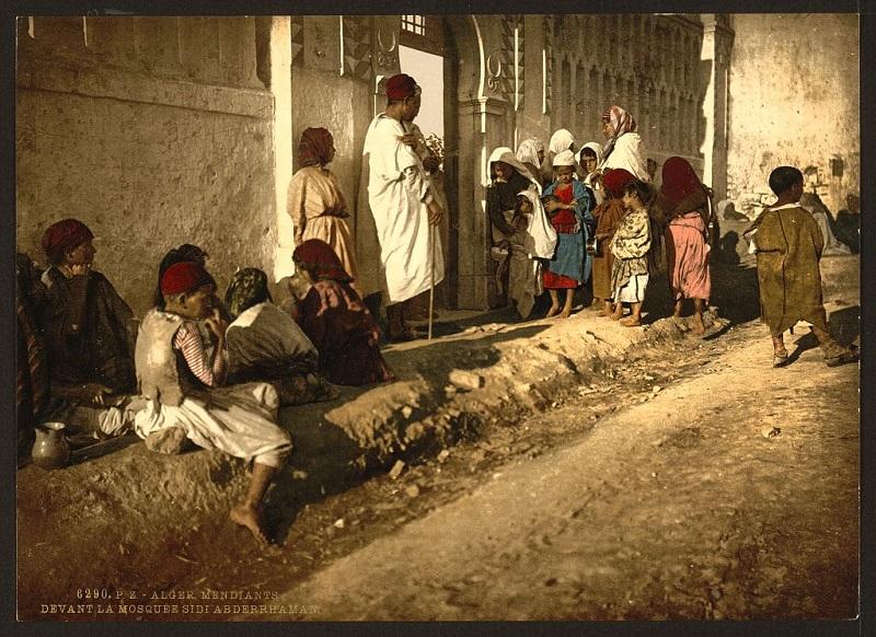 Алжир нищие у мечети Сиди Абдеррахман.jpg