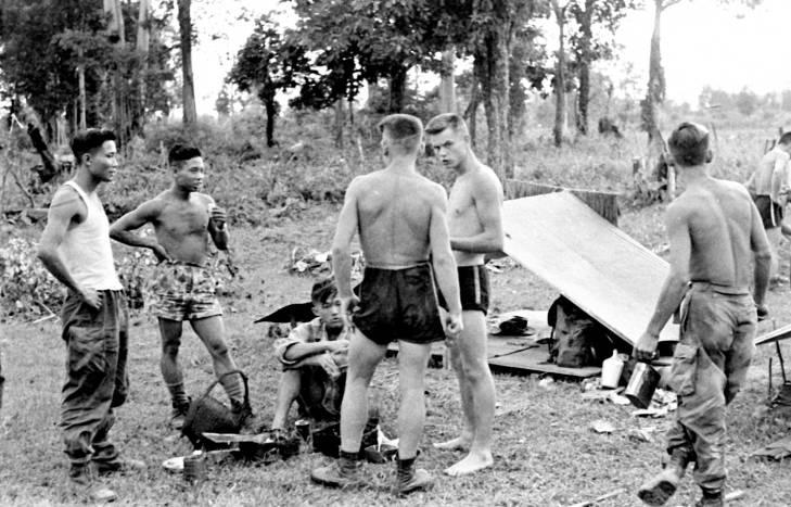 вьет и нем легионеры на базе в Паксане 1953.jpg