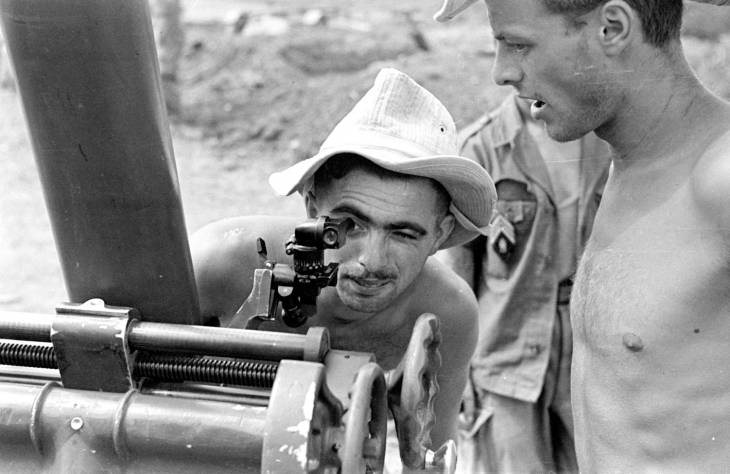 минометчик прицеливается 1953.jpg