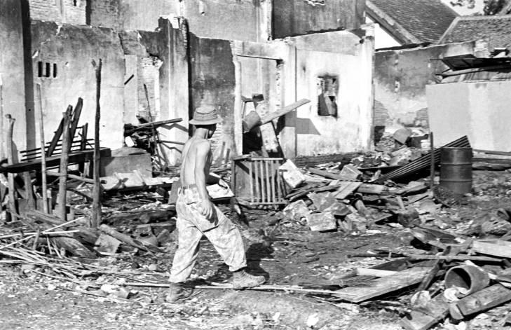 на развалинах 1953.jpg